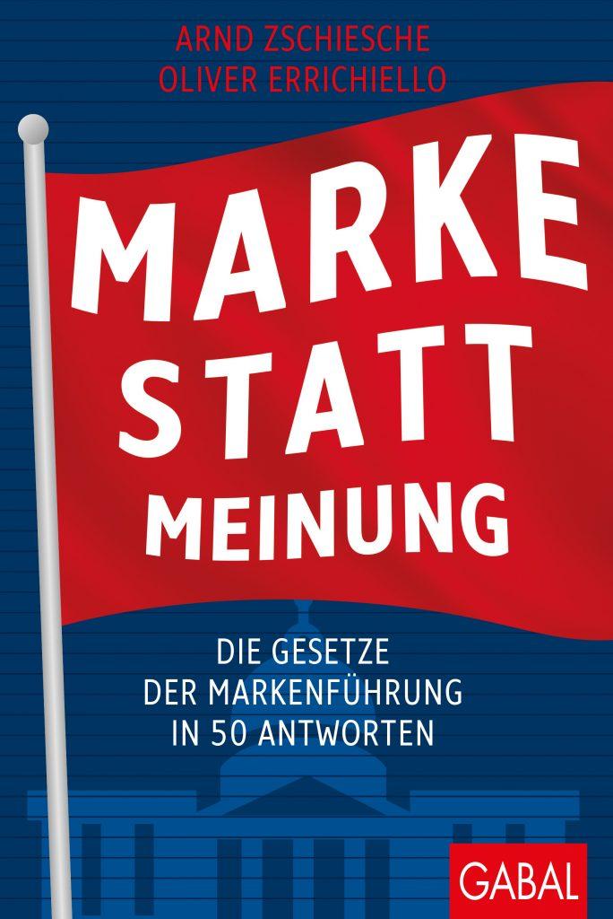 Arnd Zschiesche sitzt im Stuhl vor der Bücherwand im Büro für Markenentwicklung in Hamburg